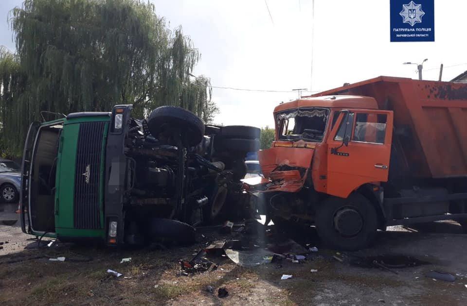 Перевернулся на бок: в Харькове столкнулись два грузовика, - ФОТО, фото-1