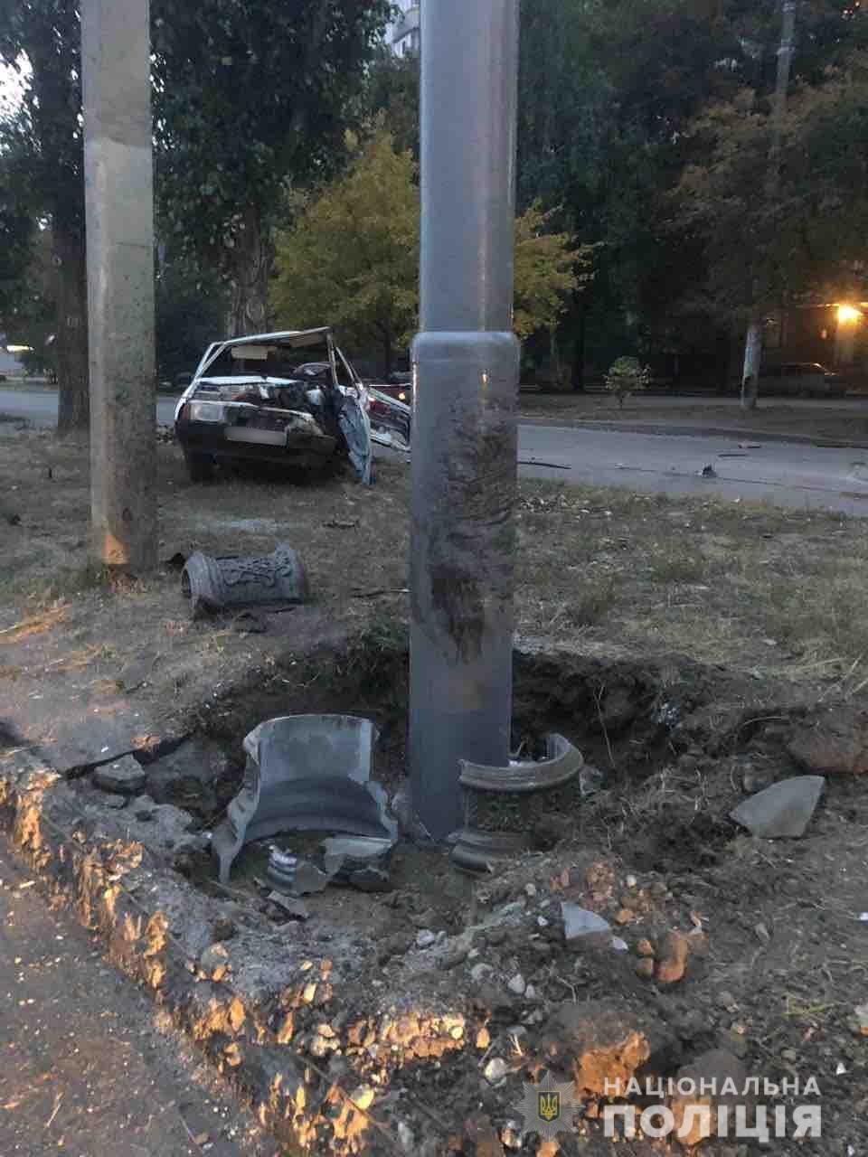 В Харькове пьяный водитель на «ВАЗ» врезался в столб и дерево. Мужчина погиб, - ФОТО, фото-1