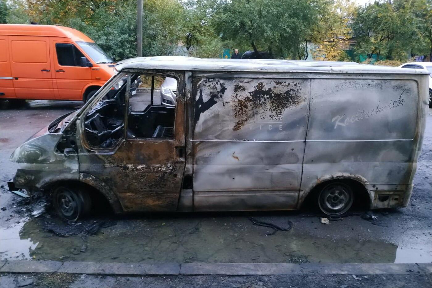 """Ночью возле харьковской """"многоэтажки"""" сгорел микроавтобус, - ФОТО, фото-1"""