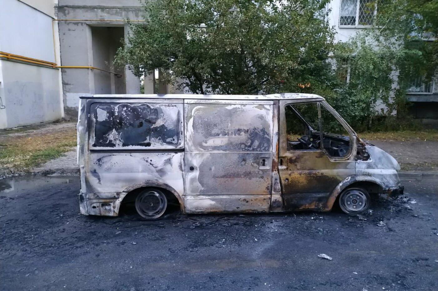 """Ночью возле харьковской """"многоэтажки"""" сгорел микроавтобус, - ФОТО, фото-2"""
