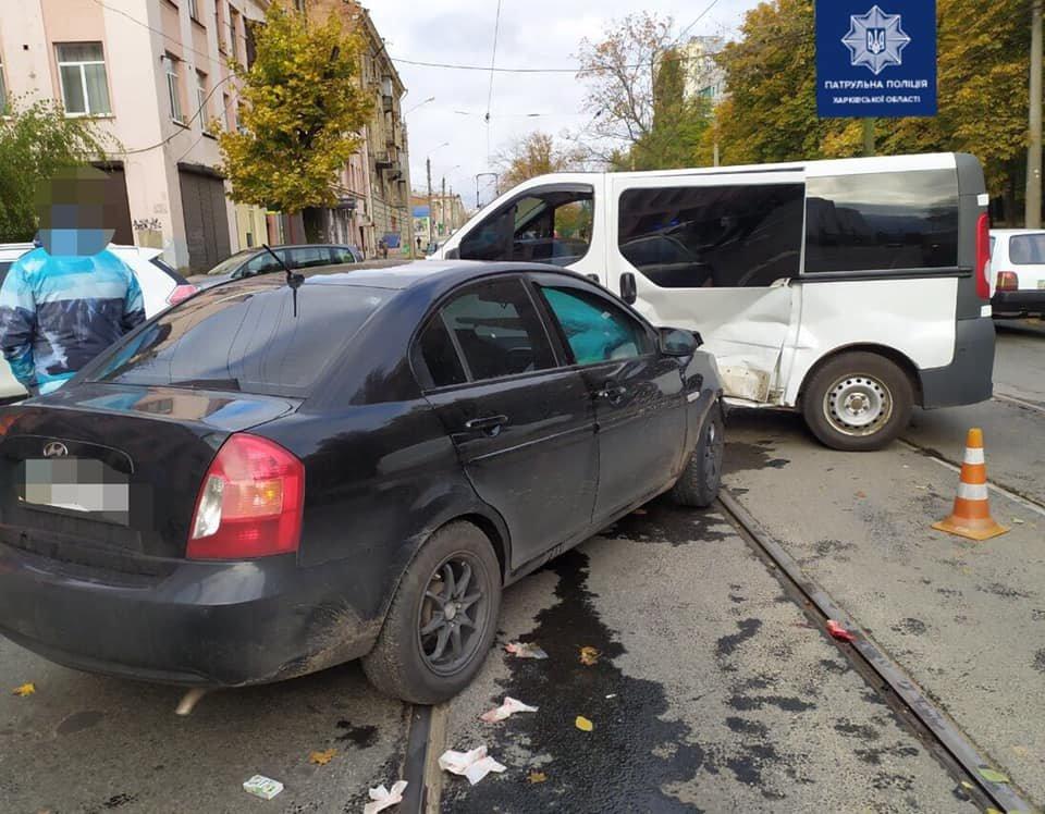 В Харькове легковое авто на скорости «влетело» в микроавтобус: есть пострадавший, - ФОТО, ВИДЕО, фото-1