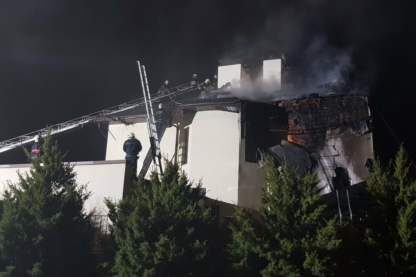 Под Харьковом случился масштабный пожар в двухэтажном коттедже: есть пострадавший, - ФОТО, ВИДЕО, фото-1
