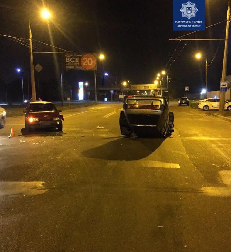 """На Роганской столкнулись два """"ВАЗа"""". Одна из машин от удара перевернулась на крышу, - ФОТО, фото-1"""