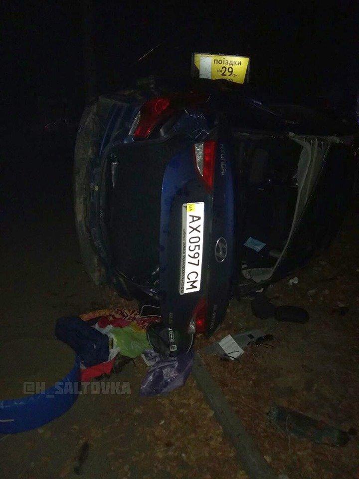 """На Клочковской """"Hyundai"""" врезался в бордюр и перевернулся, - ФОТО, фото-1"""