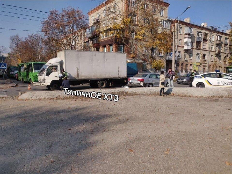 На перекрестке в Харькове легковой автомобиль въехал в грузовик, - ФОТО, фото-1