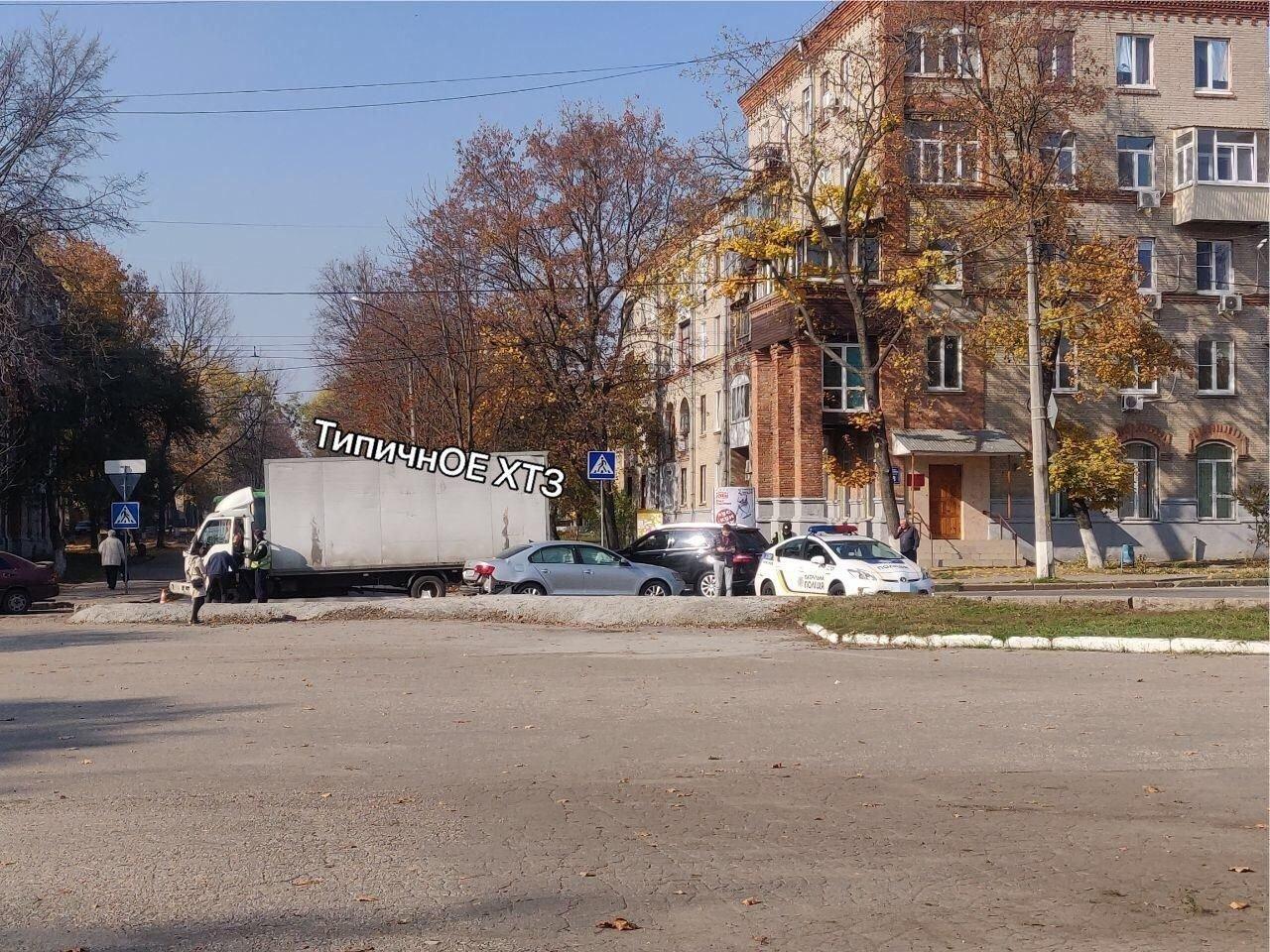 На перекрестке в Харькове легковой автомобиль въехал в грузовик, - ФОТО, фото-2