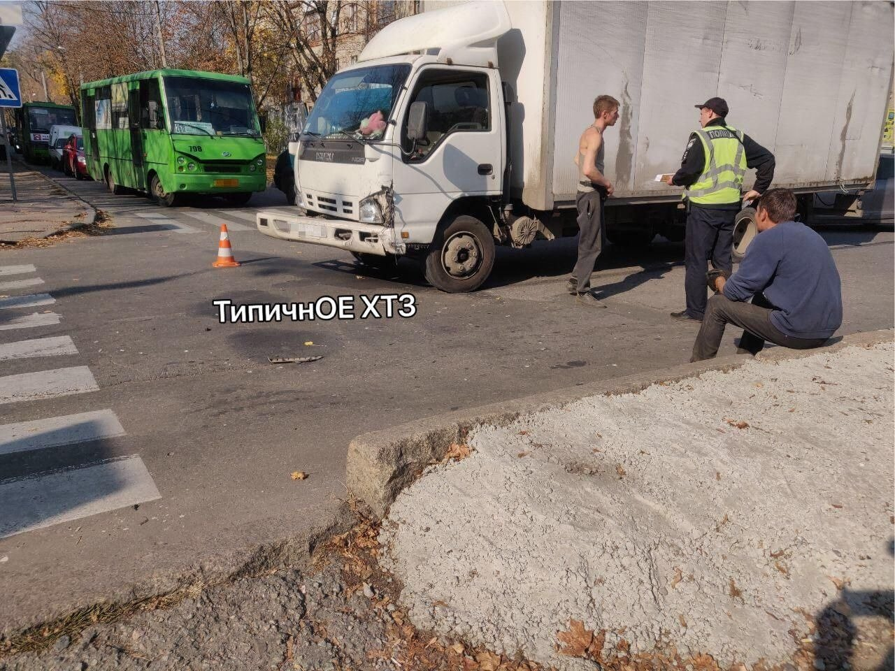 На перекрестке в Харькове легковой автомобиль въехал в грузовик, - ФОТО, фото-4