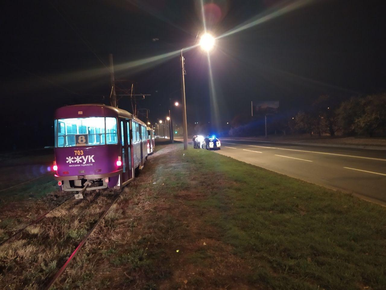 В Харькове неизвестный бросил камень в движущийся трамвай. Пострадала девушка, - ФОТО, фото-1