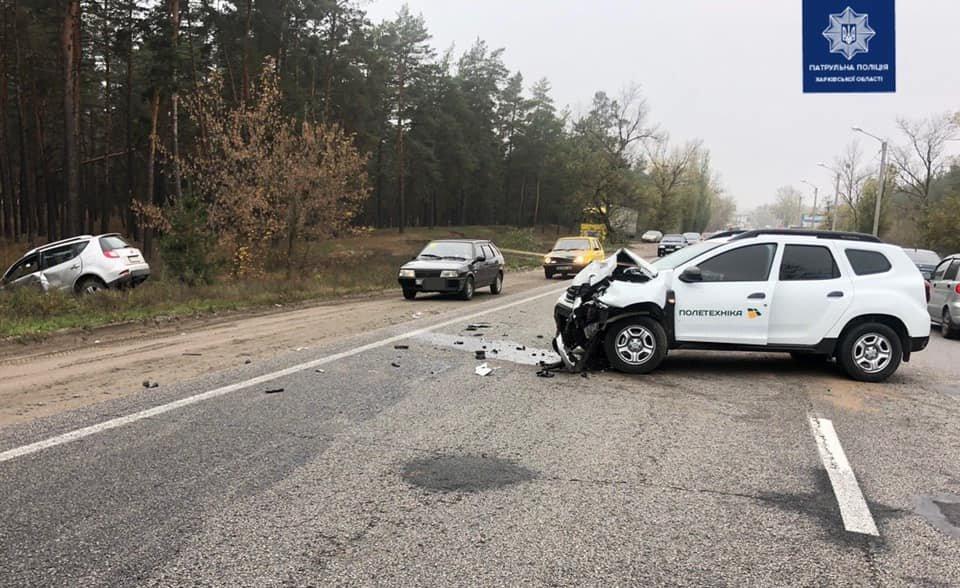 В Харькове столкнулись два внедорожника: один из автомобилей от удара вылетел в кювет, - ФОТО, фото-1