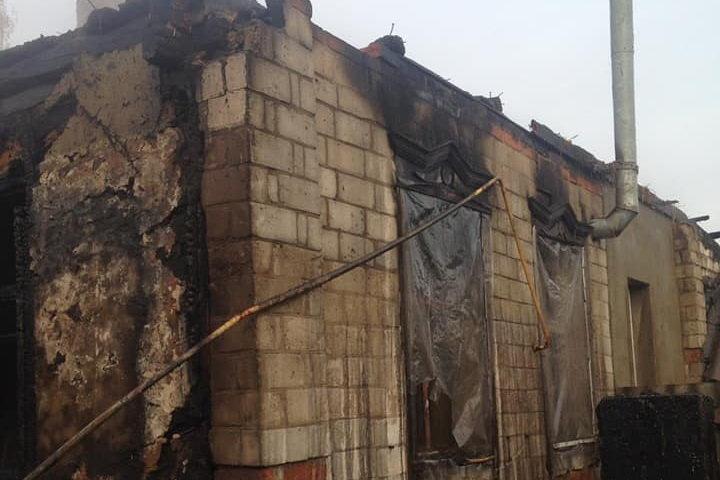 Под Харьковом загорелся жилой дом: один человек получил ожоги и отравился угарным газом, - ФОТО, фото-1