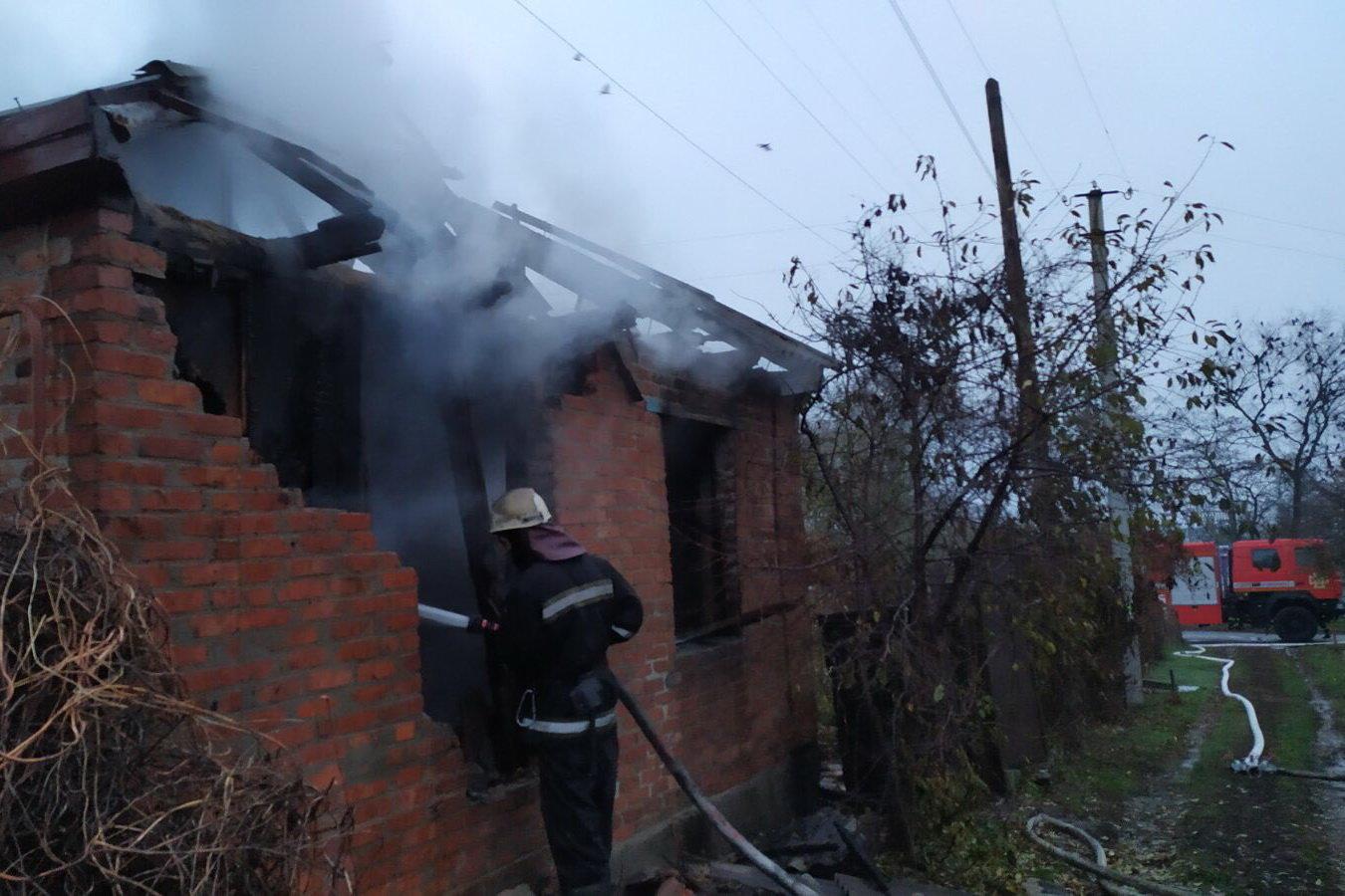 Под Харьковом подожгли жилой дом: спасатели восемь часов тушили пожар, - ФОТО, фото-1