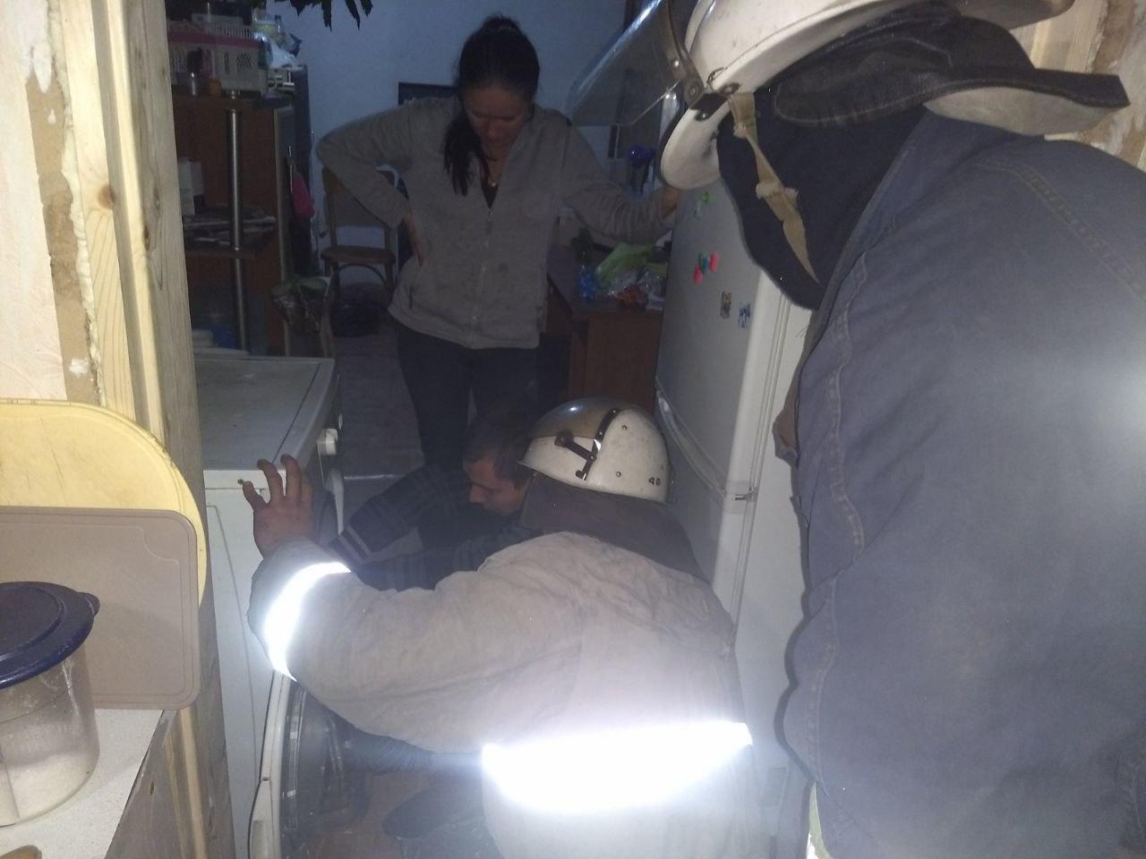 На Харьковщине спасатели помогли ребенку, который застрял в стиральной машине, - ФОТО, фото-2