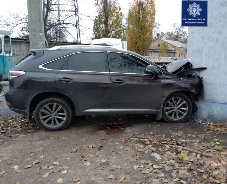 Не впорався з керуванням: у Харкові водій «Lexus» врізався в електроопору та вилетів у будинок, - ФОТО, фото-1