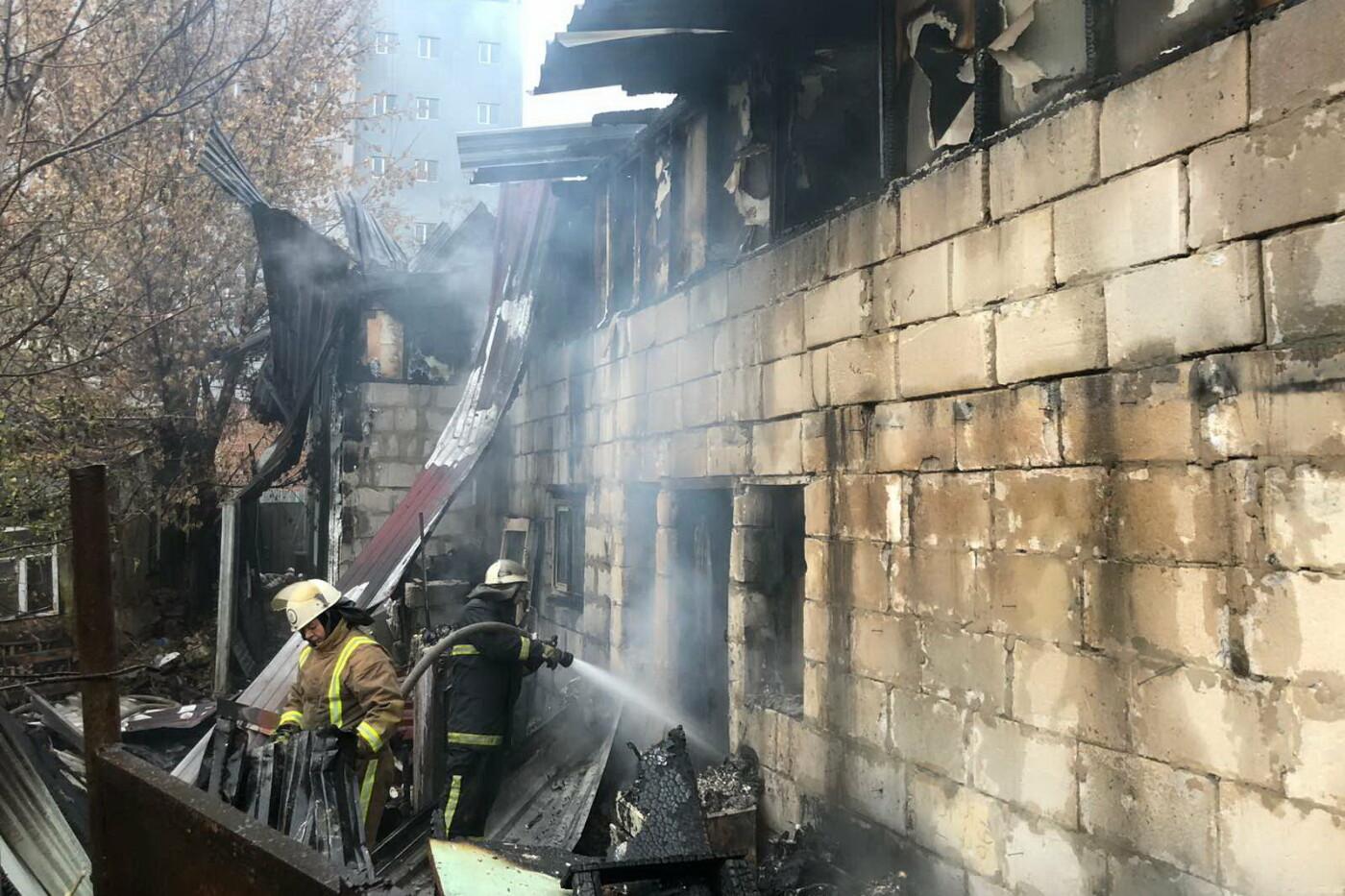 В Харькове горел жилой дом: 81-летний пенсионер едва не погиб, - ФОТО, фото-1