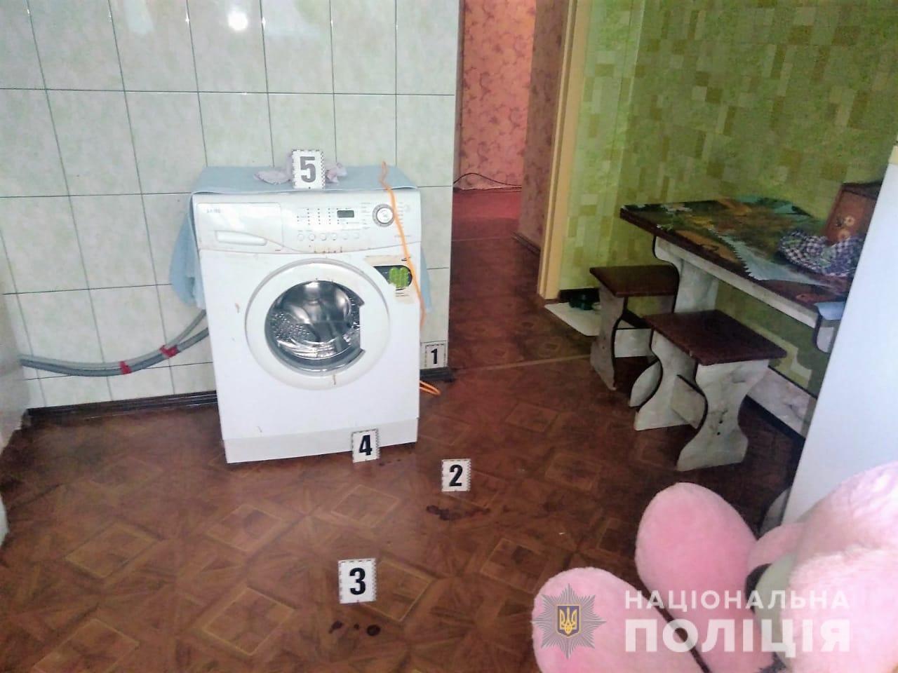 Под Харьковом 18-летний сын едва не зарезал во время ссоры знакомого своей матери, - ФОТО