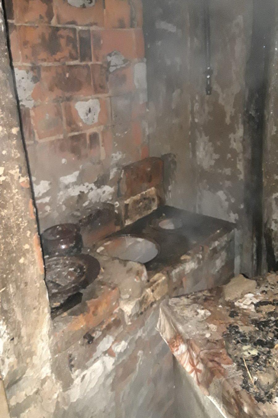 На Харьковщине спасатели несколько часов тушили пожар в доме: хозяйка отравилась угарным газом, - ФОТО, фото-2