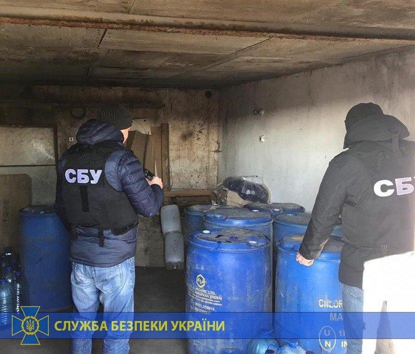 Четыре тонны спирта и оборудование: под Харьковом «накрыли» подпольное производство контрафактного алкоголя на полмиллиона, - ФОТО, фото-2