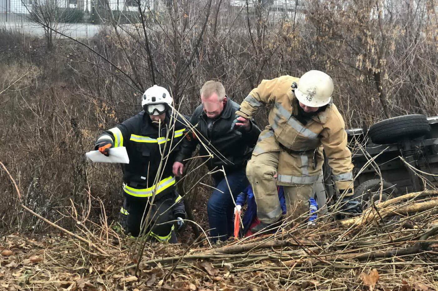 Под Харьковом микроавтобус вылетел в кювет и перевернулся: водителя доставали спасатели, - ФОТО, фото-1