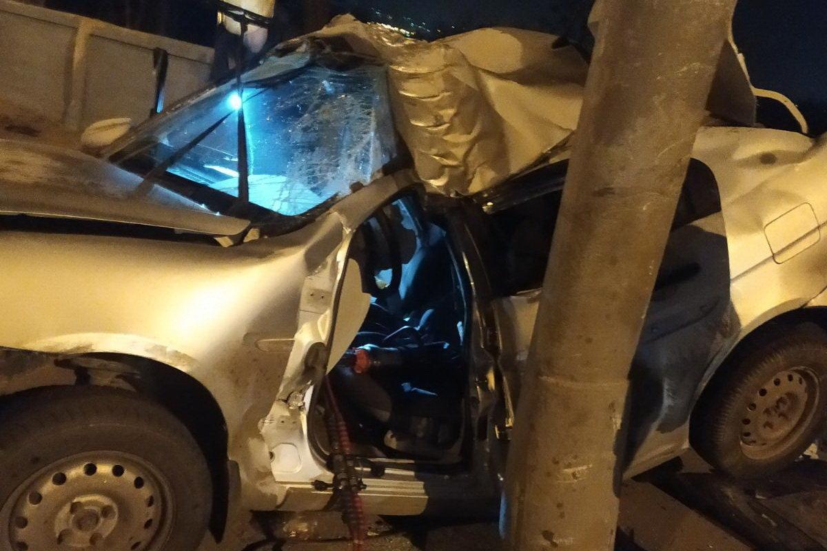 В Харькове «Hyundai» влетел в столб: спасатели вырезали травмированного водителя из «смятого» авто, - ФОТО, фото-1