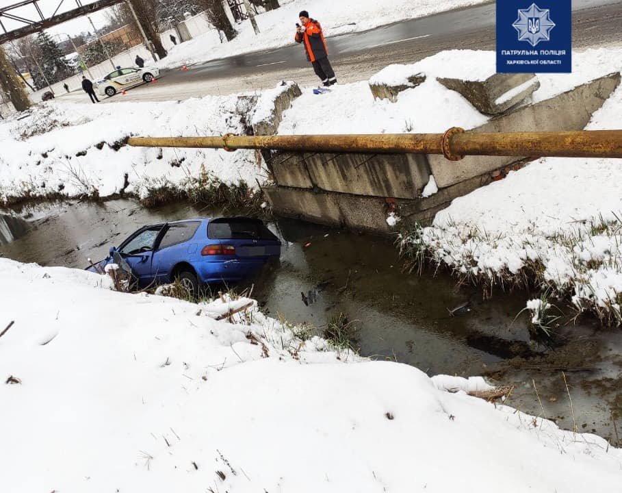 В Харькове легковой автомобиль «влетел» в бордюр и опрокинулся в кювет с водой, - ФОТО, фото-1