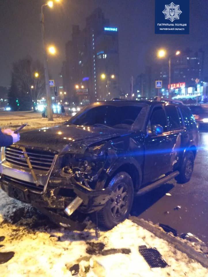 На перекрестке в Харькове столкнулись внедорожник и легковое авто: два человека в больнице, - ФОТО, фото-2