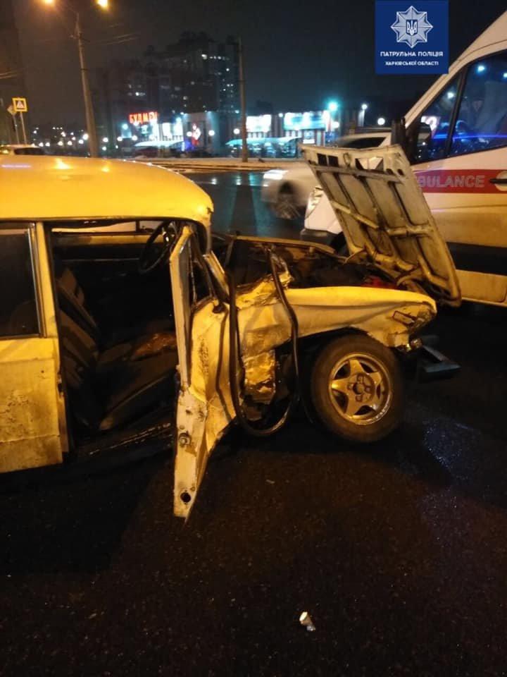На перекрестке в Харькове столкнулись внедорожник и легковое авто: два человека в больнице, - ФОТО, фото-1