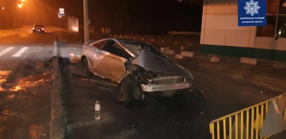 В Харькове легковой автомобиль «влетел» в столб: четыре человека в больнице, - ФОТО, фото-1