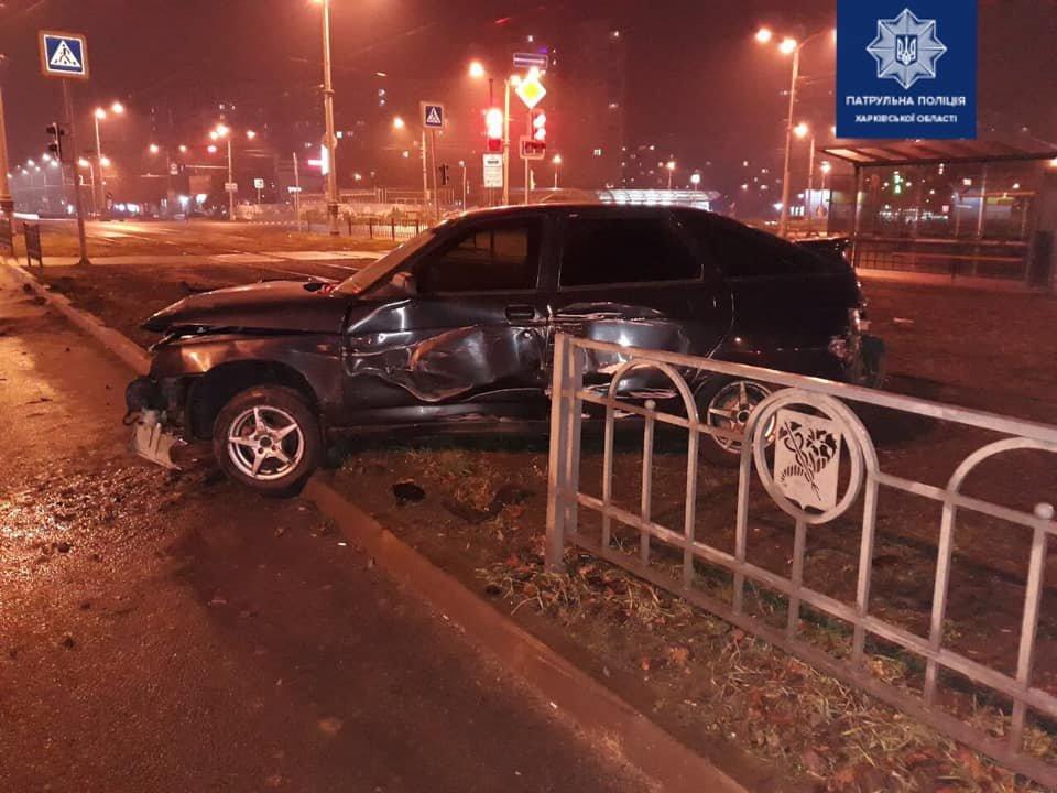 В Харькове пьяный водитель легкового авто «влетел» в металлический забор, - ФОТО, фото-1