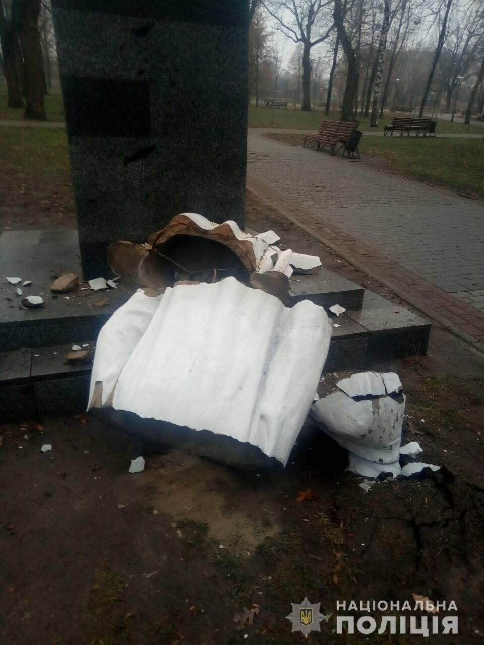 В Харькове неизвестные снесли памятник Максиму Горькому, - ФОТО, фото-1