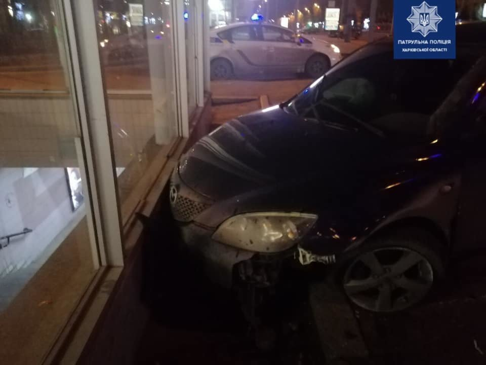 На проспекте Науки водитель иномарки на литовских номерах врезался в выход метро, - ФОТО, фото-2
