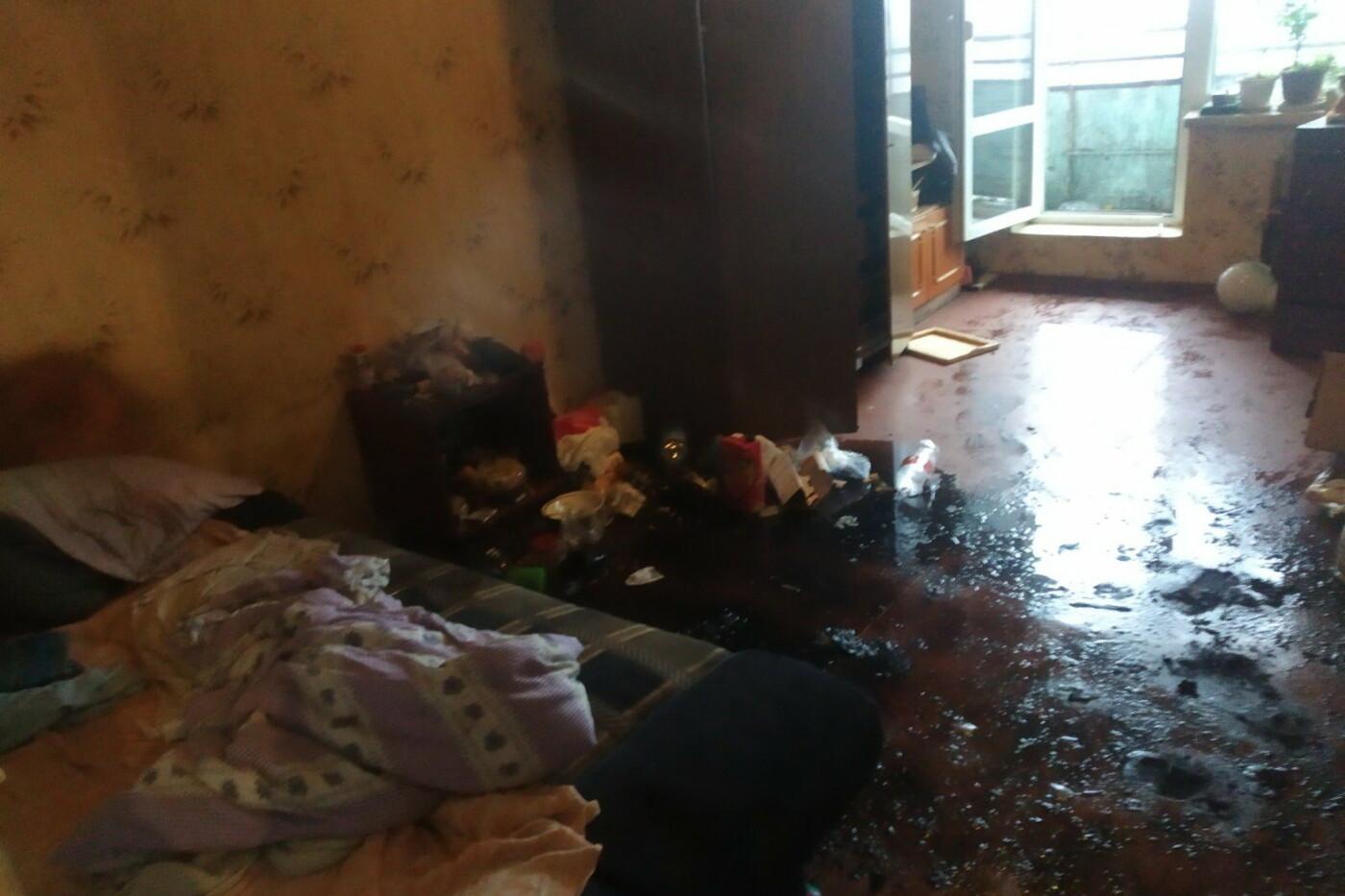 Хаотично пытался потушить огонь: в Харькове пожарные спасли мужчину из горящей квартиры, - ФОТО, фото-2