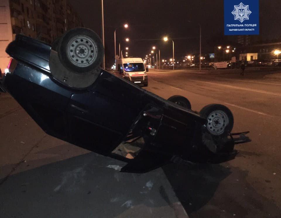 В Харькове легковой автомобиль «снес» столб и перевернулся, - ФОТО, фото-2