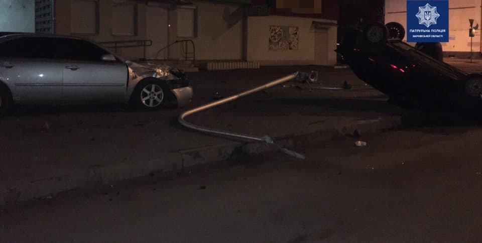 В Харькове легковой автомобиль «снес» столб и перевернулся, - ФОТО, фото-1