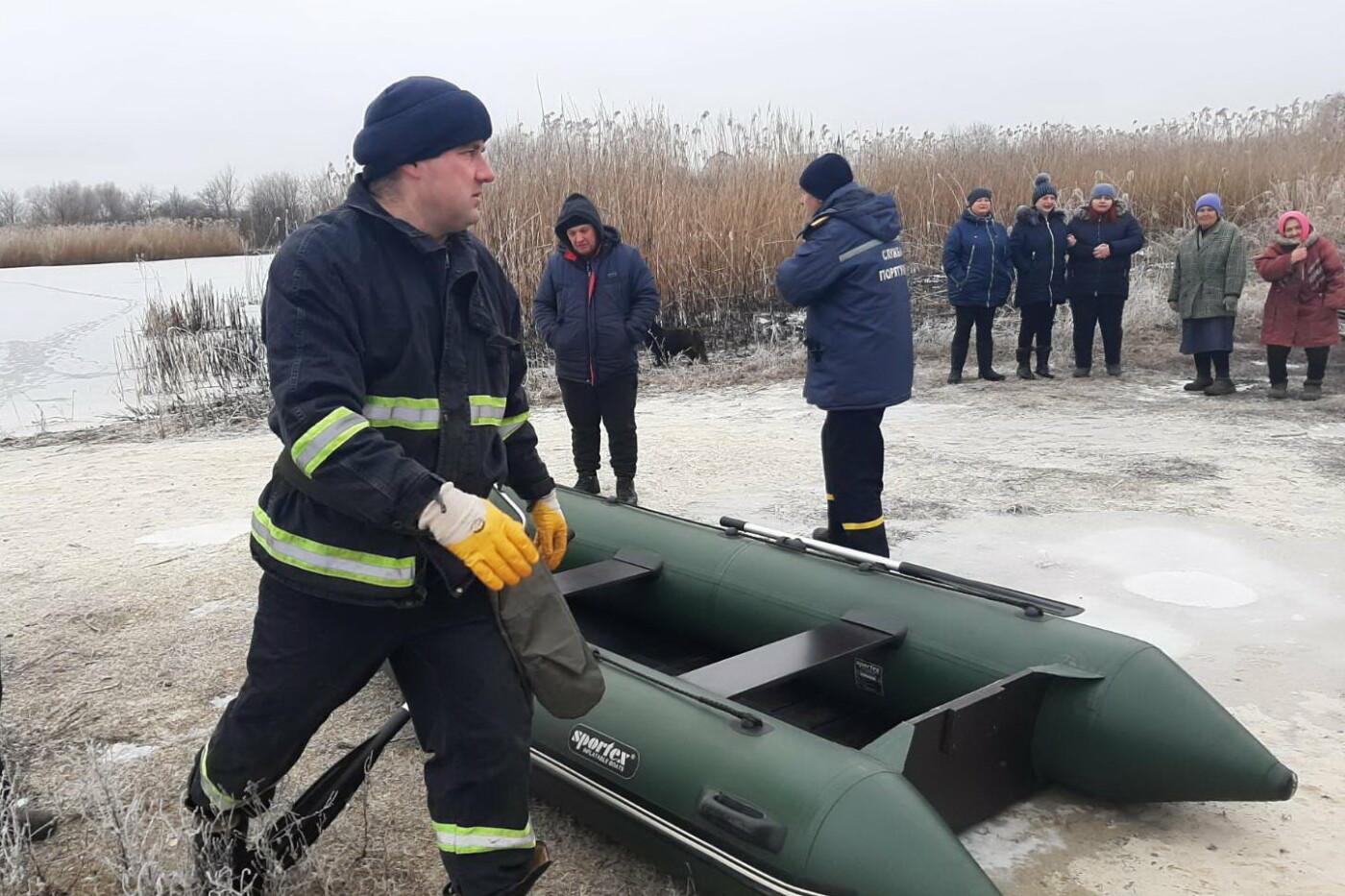 Провалился под лед на глазах у рыбаков: на Харьковщине в пруду захлебнулся мужчина, - ВИДЕО, ФОТО, фото-2