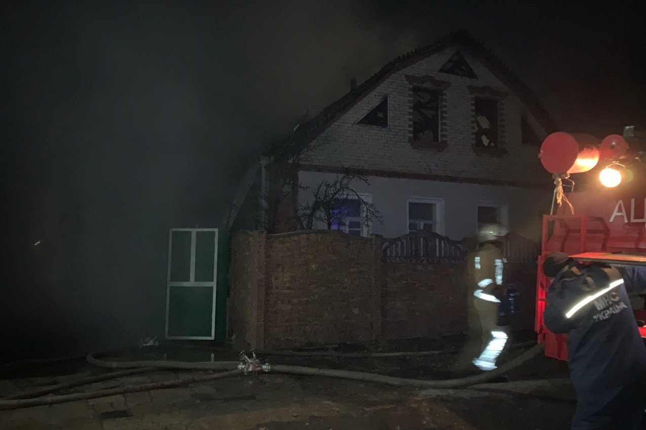 Под Харьковом загорелся частный дом: спасатели несколько часов тушили масштабный пожар, - ФОТО, фото-3