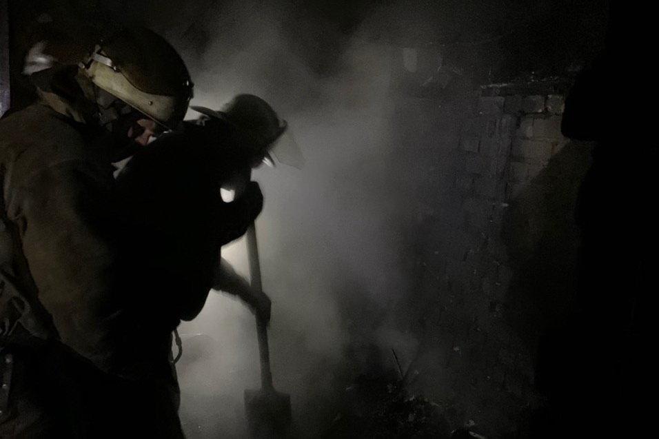 Под Харьковом загорелся частный дом: спасатели несколько часов тушили масштабный пожар, - ФОТО, фото-1