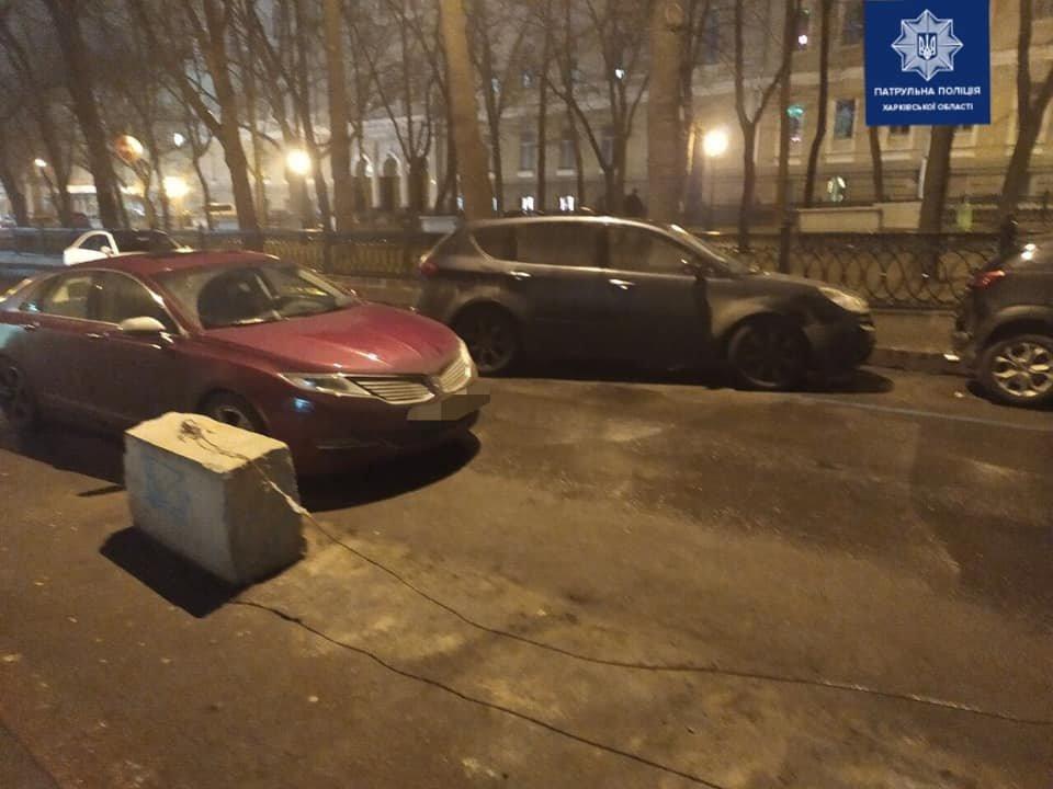 В Харькове «Subaru» въехал в «Lincoln» и от удара отлетел в припаркованный автомобиль, - ФОТО, фото-2