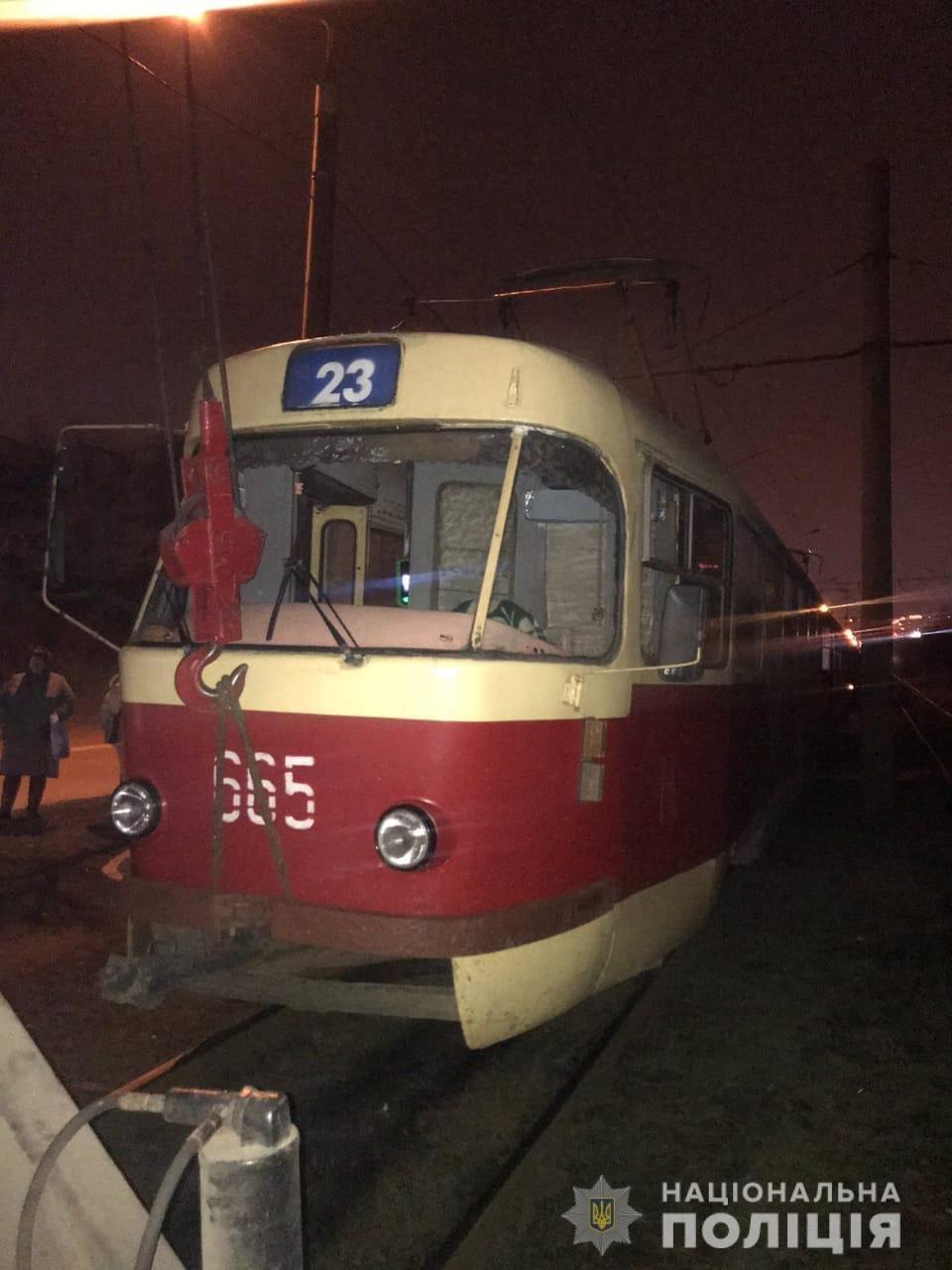 В Харькове мужчина попал под трамвай. Чтобы достать тело, пришлось поднимать вагон, - ФОТО, фото-1