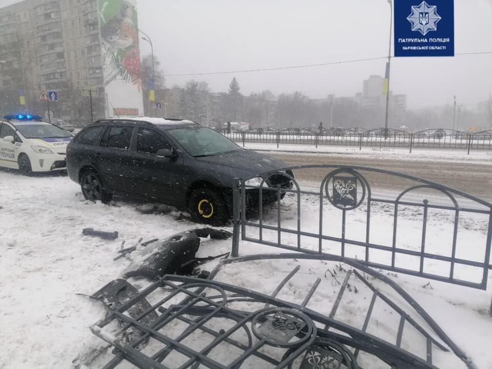 Не справился с управлением на заснеженной дороге: в Харькове легковое авто снесло забор, - ФОТО, фото-1