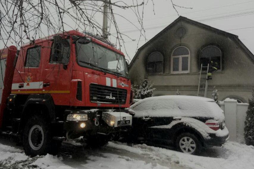 На Харьковщине спасатели два часа тушили пожар в двухэтажном доме: погибла женщина, - ФОТО, фото-1