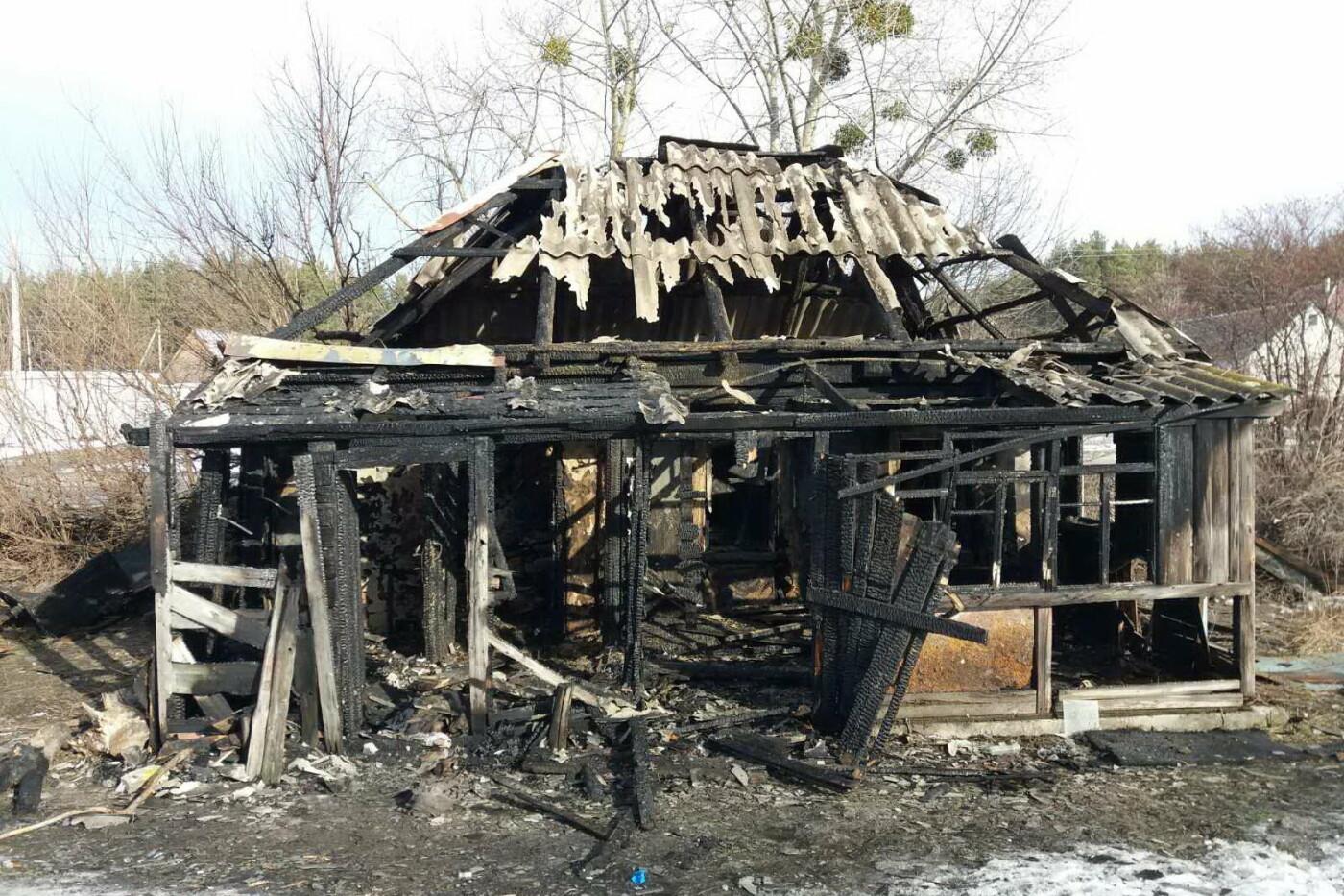 На Харьковщине загорелся дом. Внутри задымленного помещения спасатели нашли тело мужчины, - ФОТО, фото-1