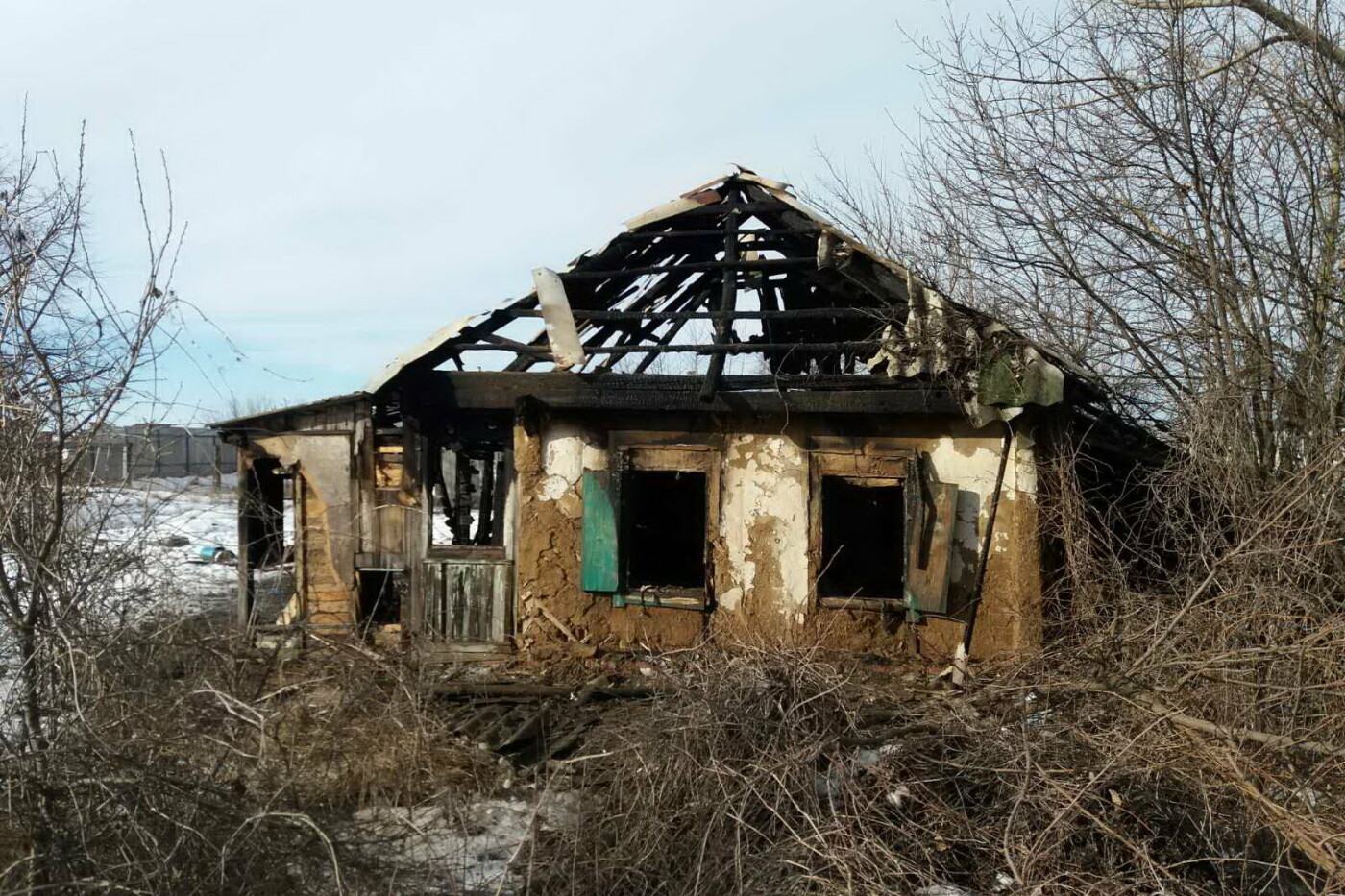 На Харьковщине загорелся дом. Внутри задымленного помещения спасатели нашли тело мужчины, - ФОТО, фото-3