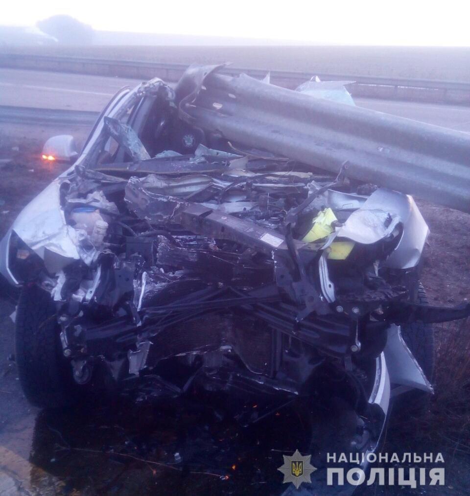 На Харьковщине пострадал пассажир авто, «влетевшего» в металлический отбойник, - ФОТО, фото-1