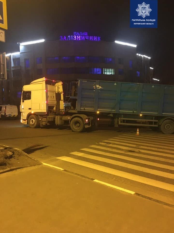 В Харькове пешеход попал под колеса фуры: у мужчины переломаны ноги, - ВИДЕО, фото-1
