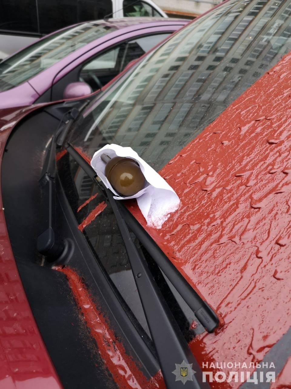 В Харькове неизвестные положили боевую гранату на лобовое стекло припаркованного авто, - ФОТО, фото-1