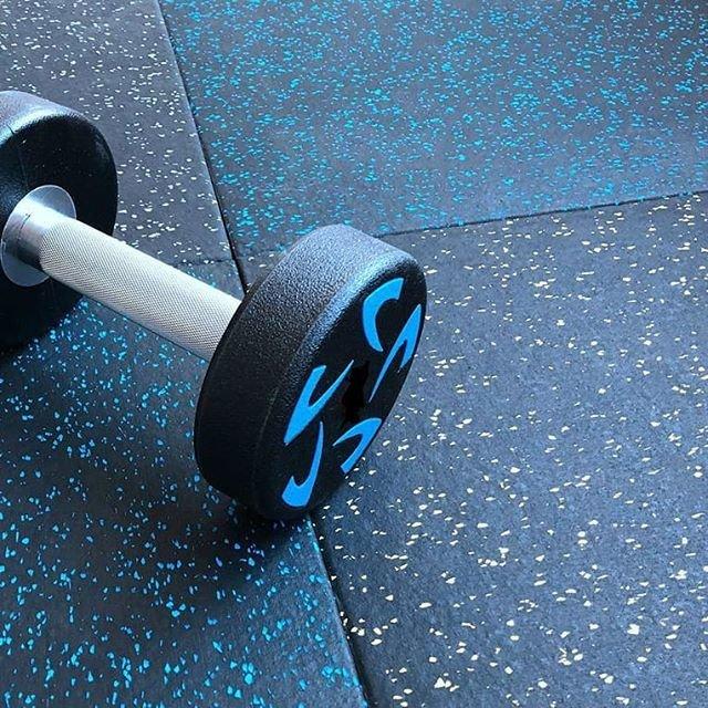 Современные напольные покрытия: резиновая плитка и декоративный наливной пол, фото-4