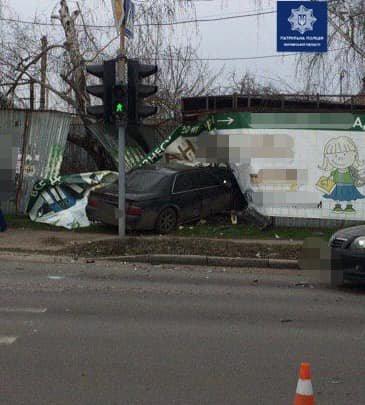 В Харькове авто «Cadilac» снесло забор после столкновения с машиной «Ford»: есть пострадавший, - ФОТО, фото-1