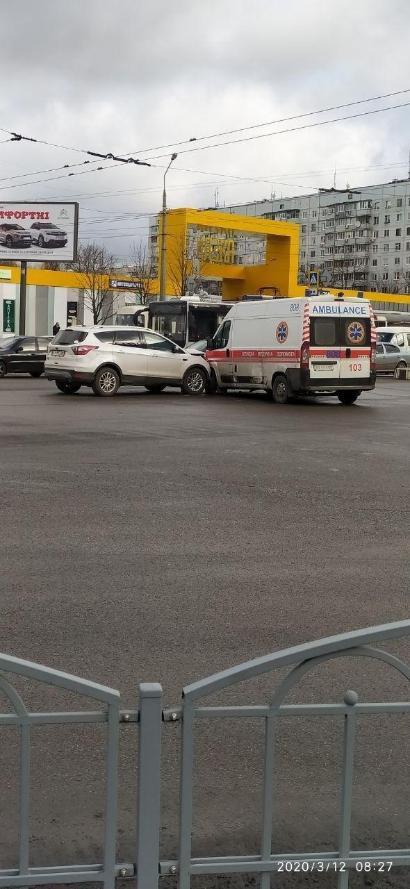 В Харькове водитель внедорожника врезался в авто «скорой» помощи, - ФОТО, фото-1