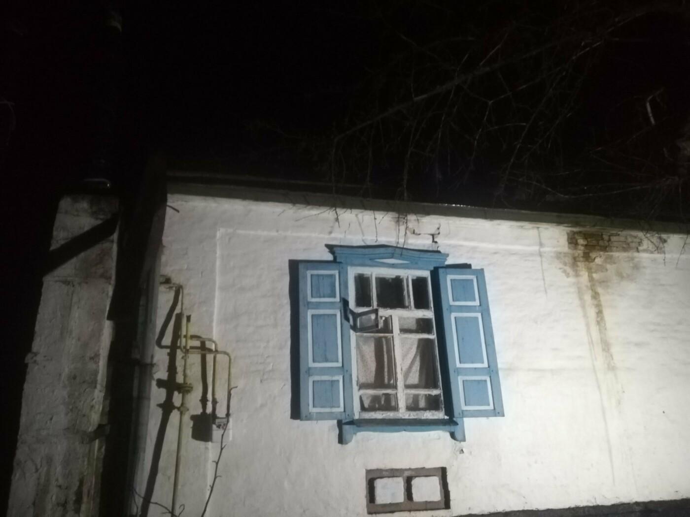 На Харьковщине бойцы ГСЧС во время пожара в частном доме спасли 83-летнюю пенсионерку, - ФОТО, фото-1