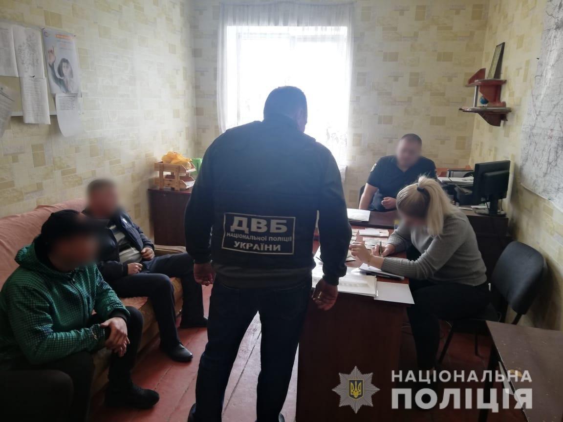 На Харьковщине мужчина пытался подкупить «копа» в служебном кабинете, - ФОТО, фото-1